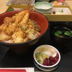 華屋与兵衛 鶴見市場店の豪勢な天ぷらが乗った海老天丼